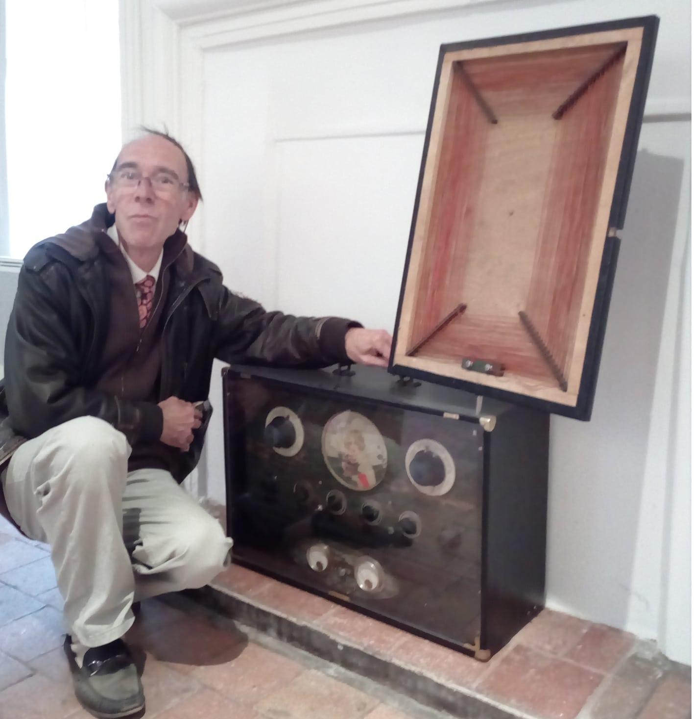 Daniel Lesueur devant une radio portable vintage